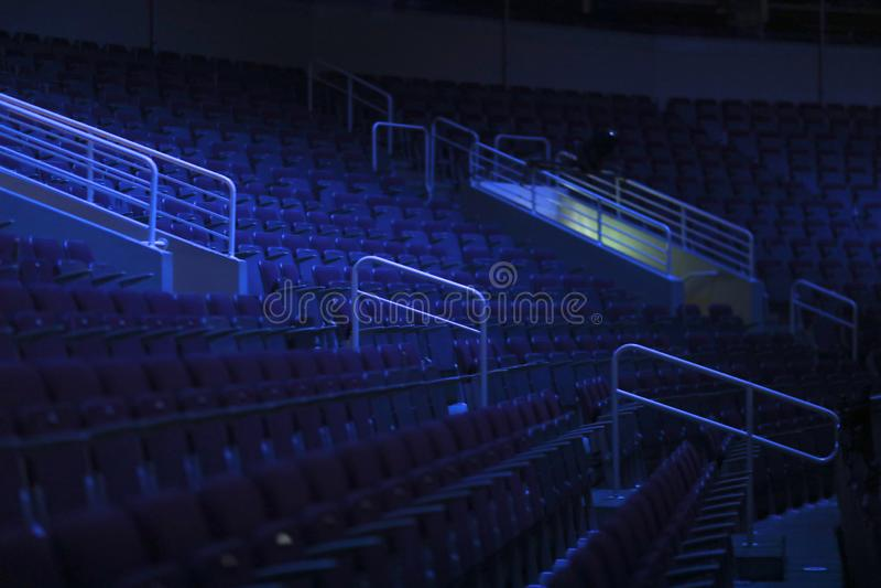 Rangées vides des sièges avec des accoudoirs images stock