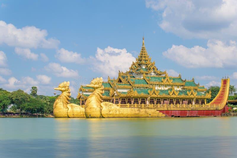 Rangún, Myanmar en el palacio de Karaweik en el lago real Kandawgyi imágenes de archivo libres de regalías