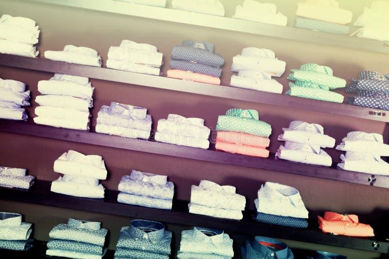 Rang?e des chemises sur des shelfs photographie stock libre de droits
