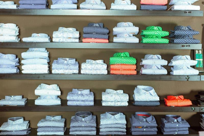 Rang?e des chemises sur des shelfs image libre de droits