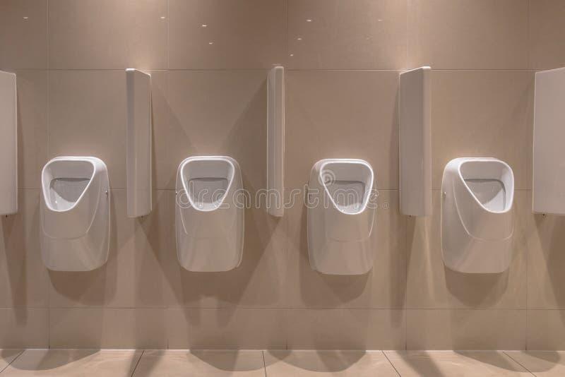 Rang?e des urinoirs modernes photos stock