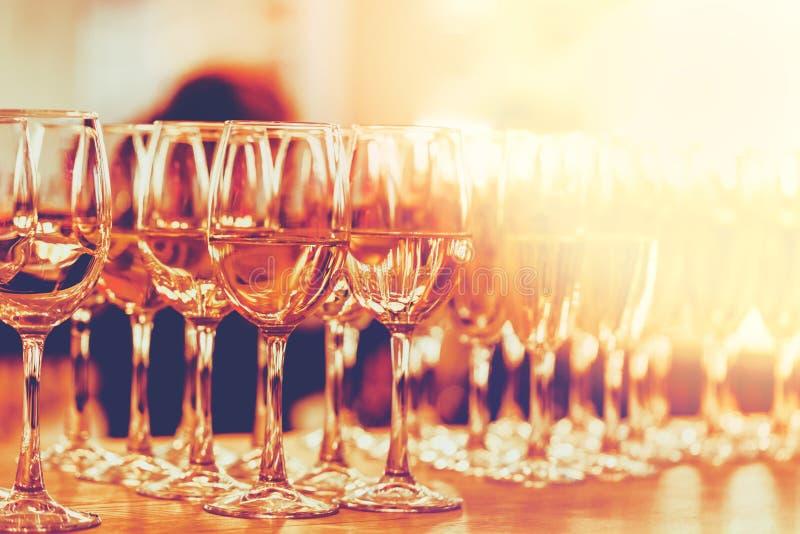 Rang?e des verres de vin ? la barre images stock