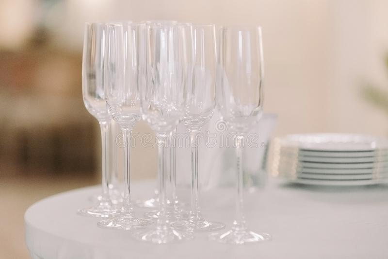 Rang?e des verres vides sur la table photos stock