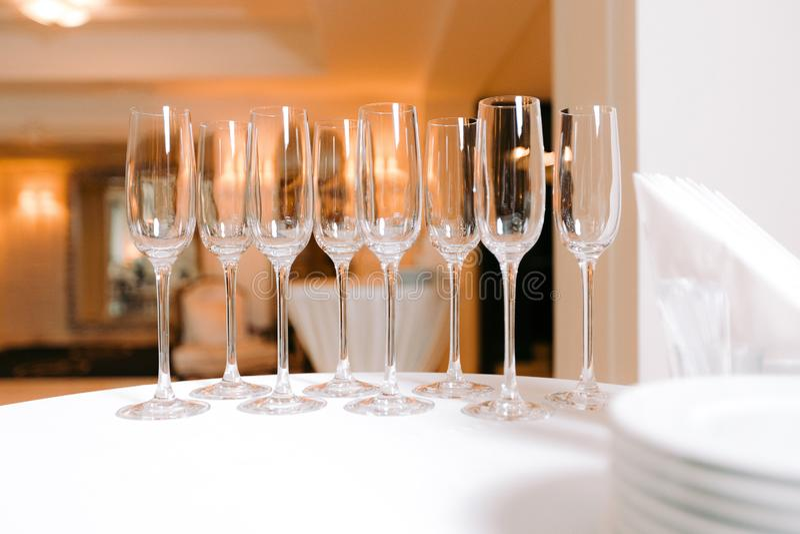 Rang?e des verres vides sur la table photos libres de droits