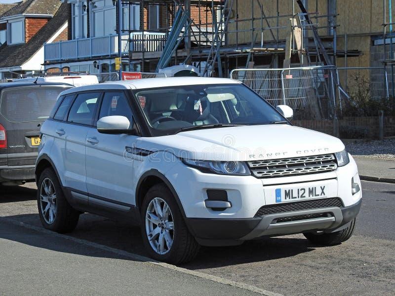 Range Rover s'est garée dans la ville urbaine photo libre de droits