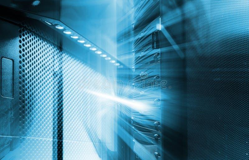 ranger av modern servermaskinvara i datorhall med suddighet och rörelse arkivbild