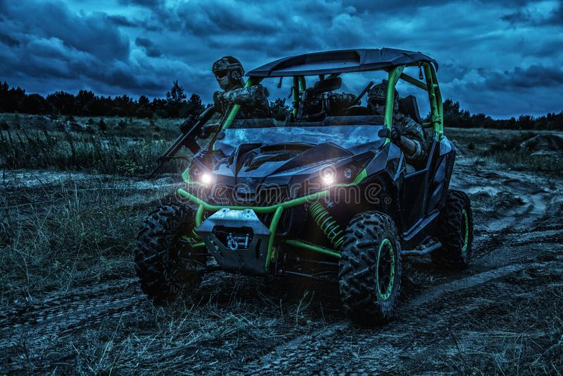 Rangers στρατού που κινούνται στρατιωτικό σε με λάθη τη νύχτα στοκ φωτογραφία