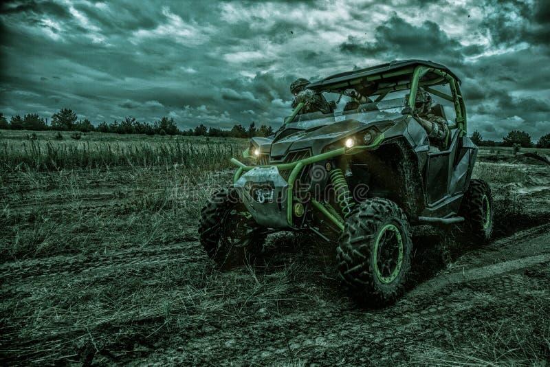 Rangers στρατού που κινούνται στρατιωτικό σε με λάθη τη νύχτα στοκ φωτογραφία με δικαίωμα ελεύθερης χρήσης