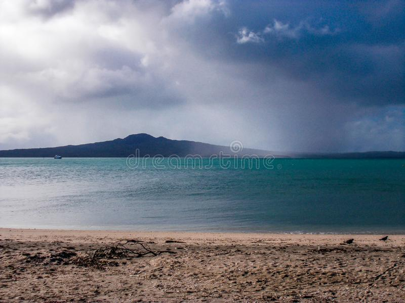 Rangitoto-Vulkan von der Auftrag-Bucht, Auftrag-Bucht, Auckland, Neuseeland lizenzfreies stockfoto