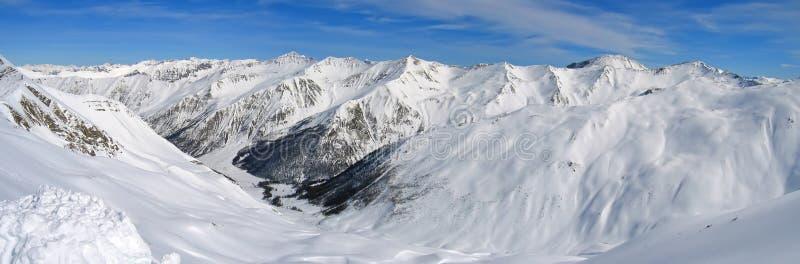 Rango de alta montaña con nieve fotos de archivo