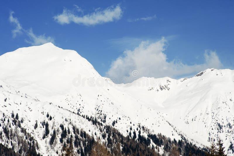 Rango de montaña cubierto en nieve imagen de archivo