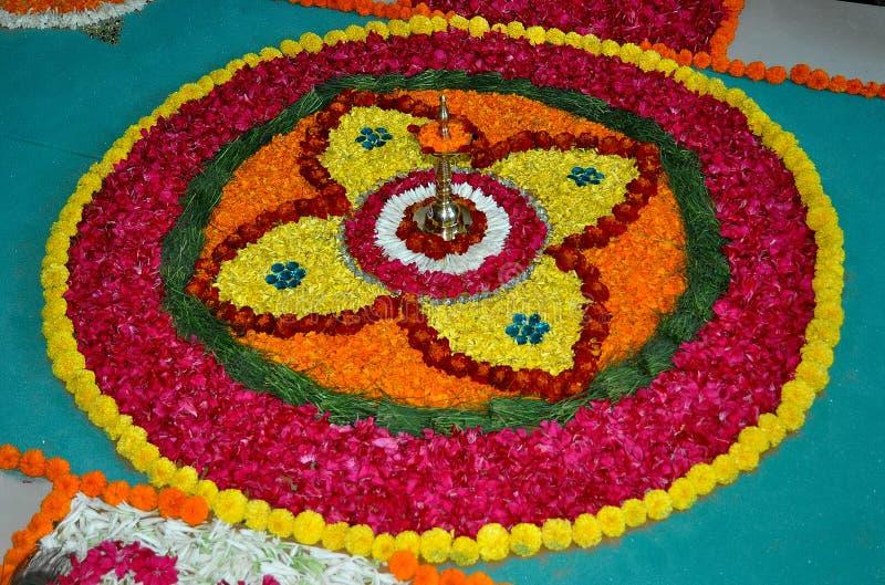 Rangoli-Blumenkunst von Indien stockbild