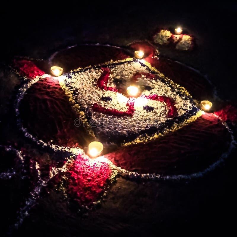 Rangoli och Diyas på diwaliberöm arkivfoton