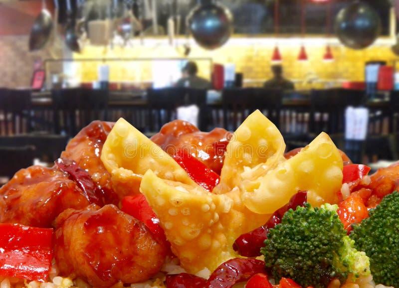 Rangoon en Algemene Tso Kip in Restaurant royalty-vrije stock foto's