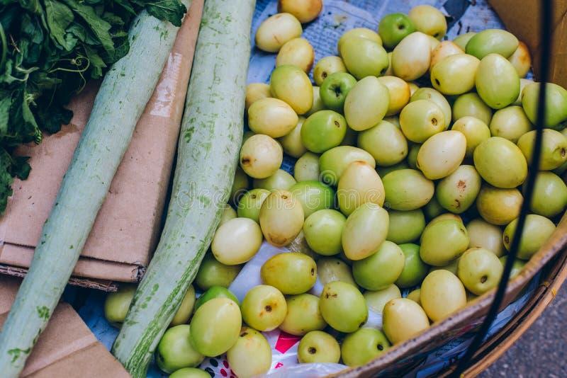 Rangoon, Myanmar - 19 febbraio 2014: Chiuda su del negozio locale della frutta sopra immagine stock