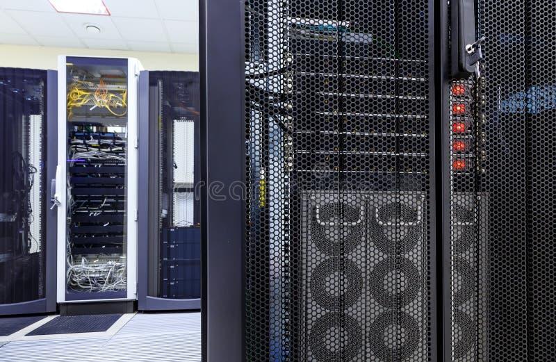 Rangordnar moderna supercomputers i computational datorhall fotografering för bildbyråer