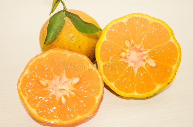 Rangpur limefrukt som skivas på halva royaltyfri bild