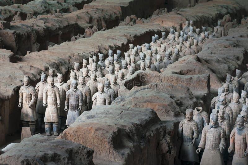 Rangs des guerriers de Terracota d'armée dans le site archéologique près de Xian, Chine photographie stock libre de droits