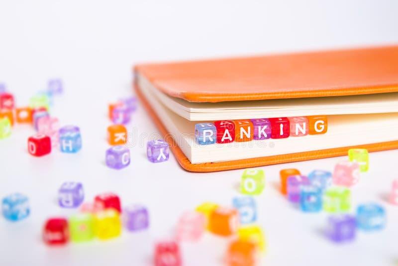 RANGSCHIKKEND woord op kleurrijke parel wordt geschreven die royalty-vrije stock foto