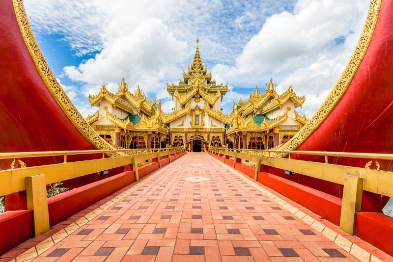 Rangun-Ikonenmarkstein und -Touristenattraktion: Karaweik - Replik stockbilder