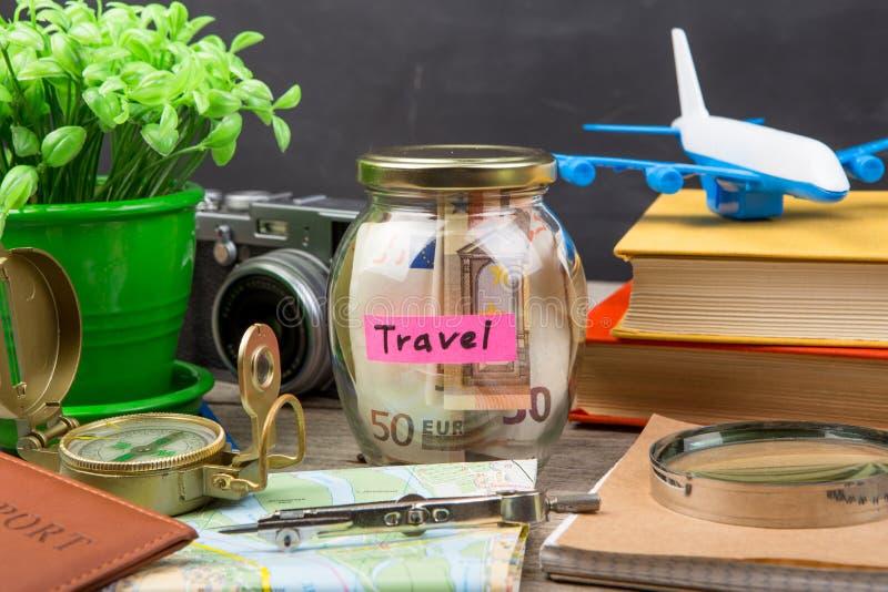 Ranja com dinheiro para um curso, mapas, passaporte, e o outro material para a aventura foto de stock
