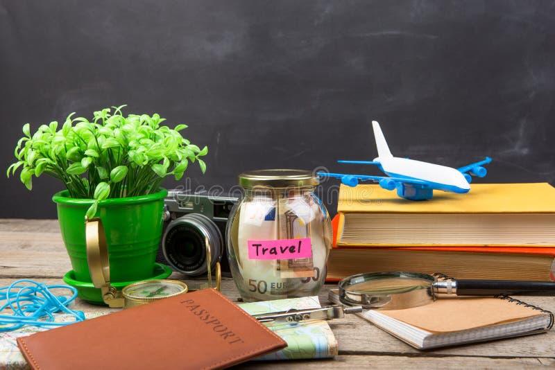 Ranja com dinheiro para um curso, mapas, passaporte, e o outro material para a aventura imagens de stock