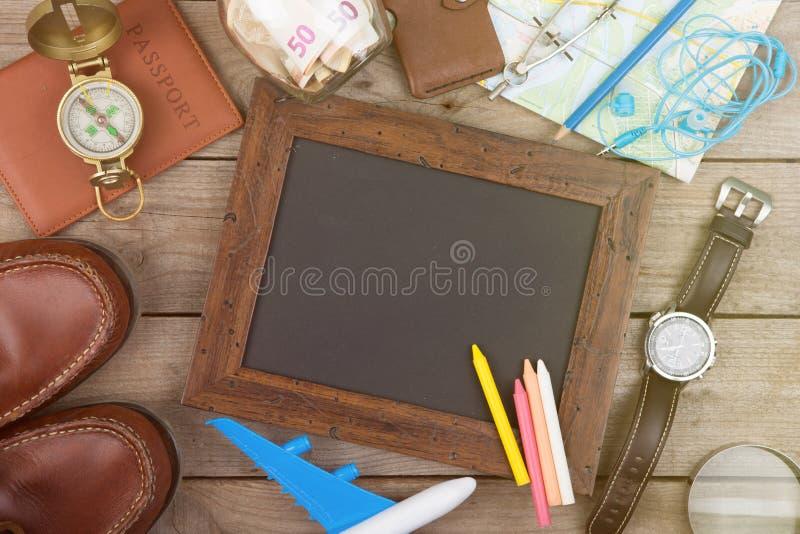 Ranja com dinheiro para um curso, mapas, passaporte, e o outro material para a aventura na tabela foto de stock royalty free