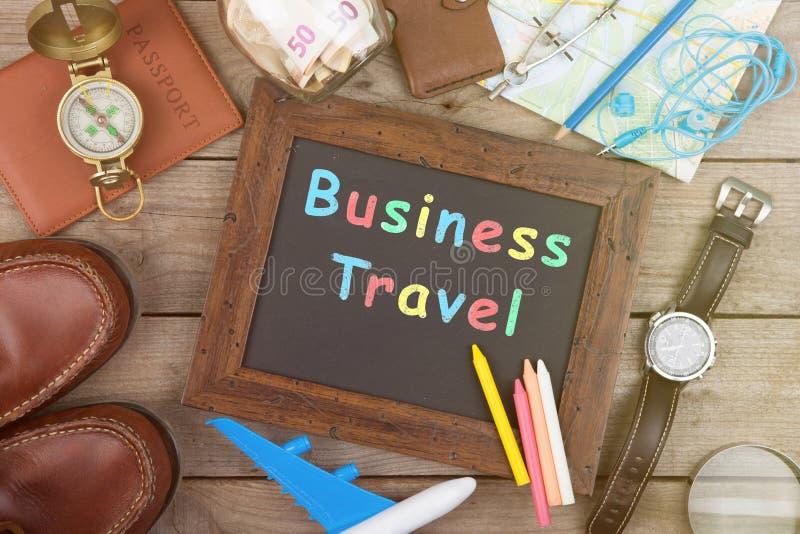 Ranja com dinheiro para um curso, mapas, passaporte, e o outro material para a aventura na tabela foto de stock