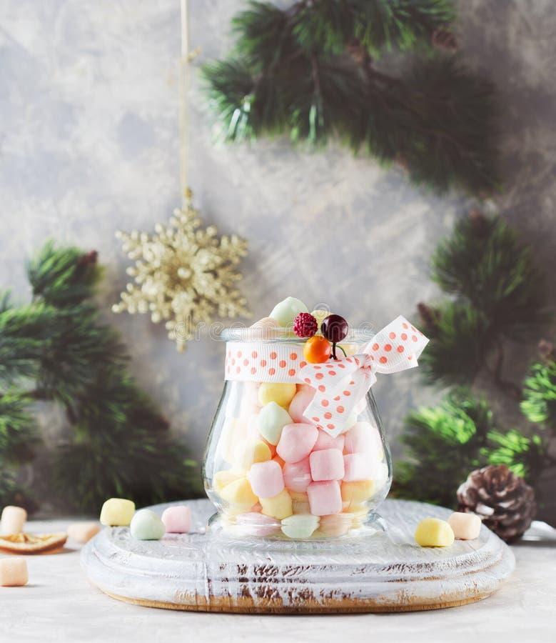 Ranja com os marshmallows pelo Natal e o ano novo em uma tabela branca de madeira, foco seletivo fotografia de stock royalty free