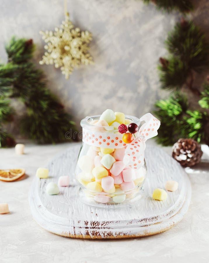 Ranja com os marshmallows pelo Natal e o ano novo em uma tabela branca de madeira, foco seletivo imagem de stock royalty free