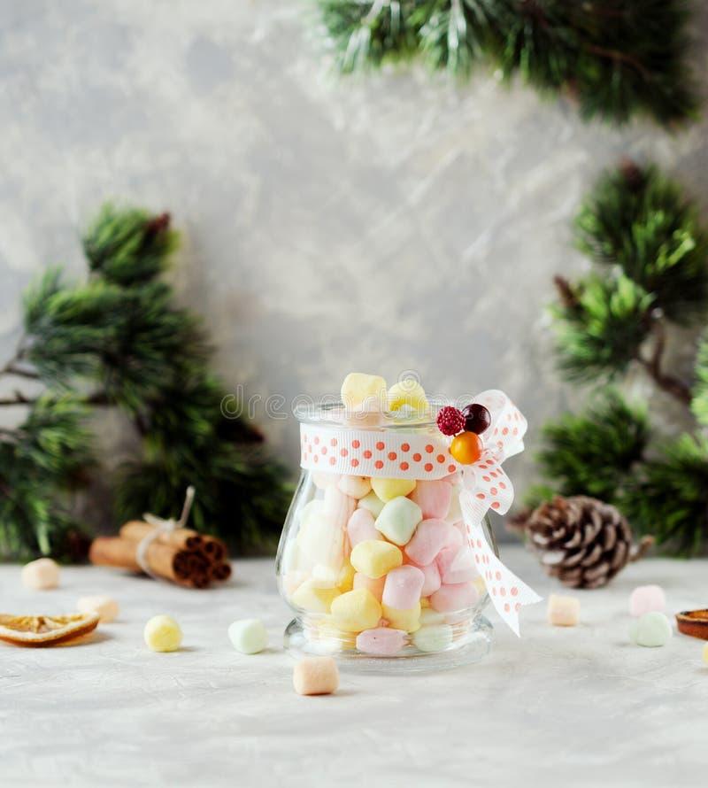 Ranja com os marshmallows pelo Natal e o ano novo em uma tabela branca de madeira, foco seletivo foto de stock