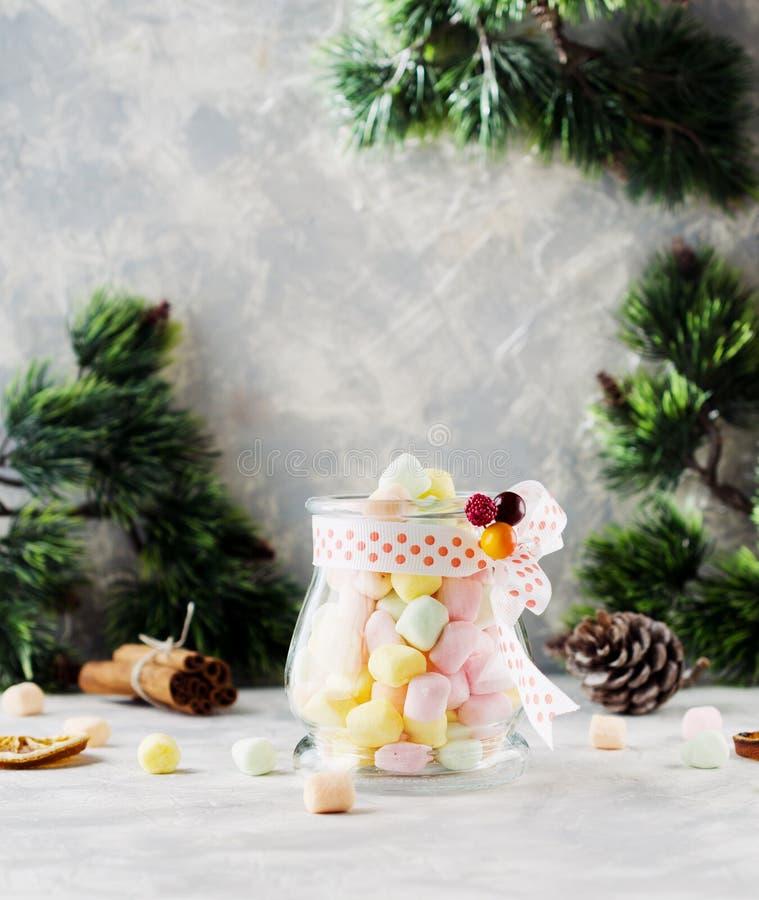 Ranja com os marshmallows pelo Natal e o ano novo em uma tabela branca de madeira, foco seletivo imagens de stock