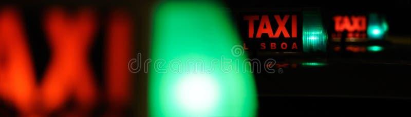 Rank de táxi na noite fotos de stock