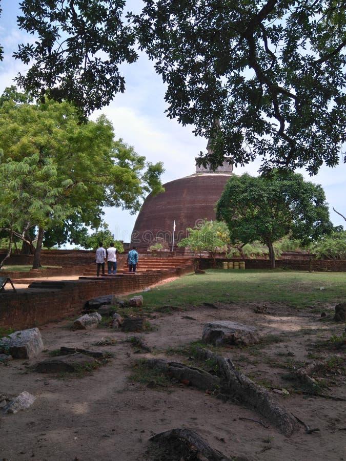 Rankoth Vehera es un stupa situado en la ciudad antigua de Polonnaruwa en Sri Lanka foto de archivo libre de regalías