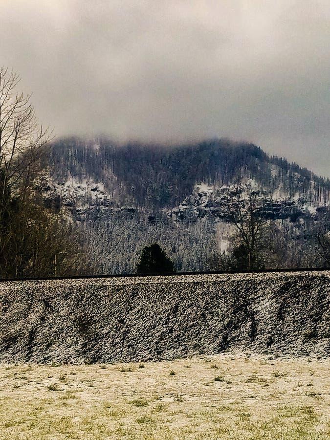 Ranku śnieg przy bakan skały polem golfowym w Północnym Bonneville, Waszyngton USA zdjęcia royalty free