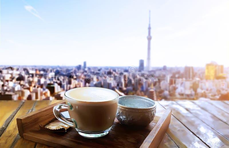 Ranku światło z gorącą cappuccino kawą na drewnianym stole nad panorama widokiem obraz royalty free