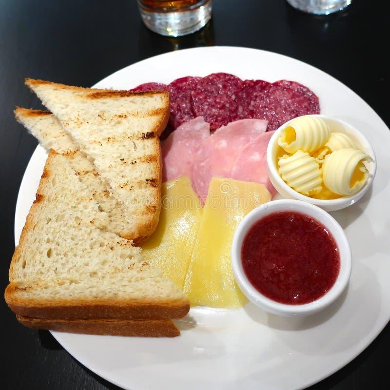 Ranku śniadanie gorąca grzanka, ser, kiełbasa i masło -, obraz royalty free