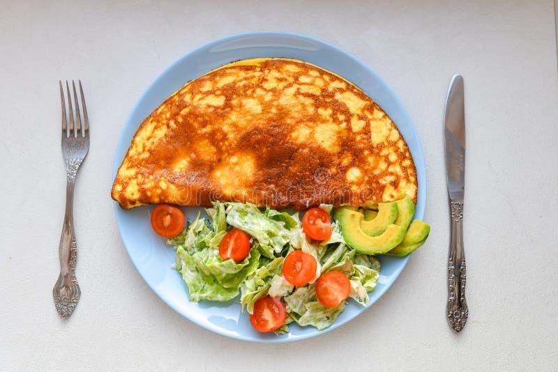 Ranku śniadanie, rozdrapani jajka z jarzynową sałatką, odgórny widok, miejsce dla pisać obraz stock