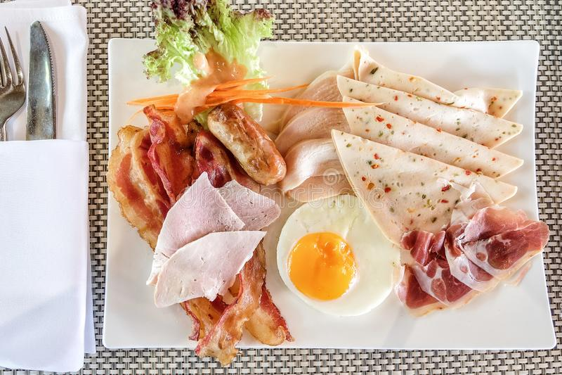 Ranku śniadanie smażący jajko z bekonem fotografia stock