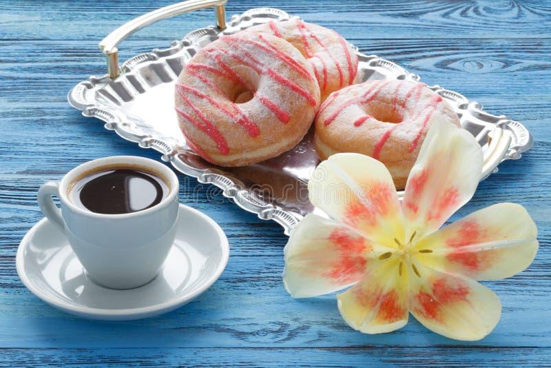 Ranku śniadanie z wiosna tulipanami i jedwabniczą chustą na stole obrazy royalty free