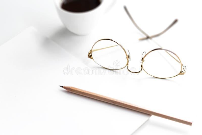 Ranku światła słonecznego puszek na biurku z szkłami, ołówki, noteboo obrazy stock