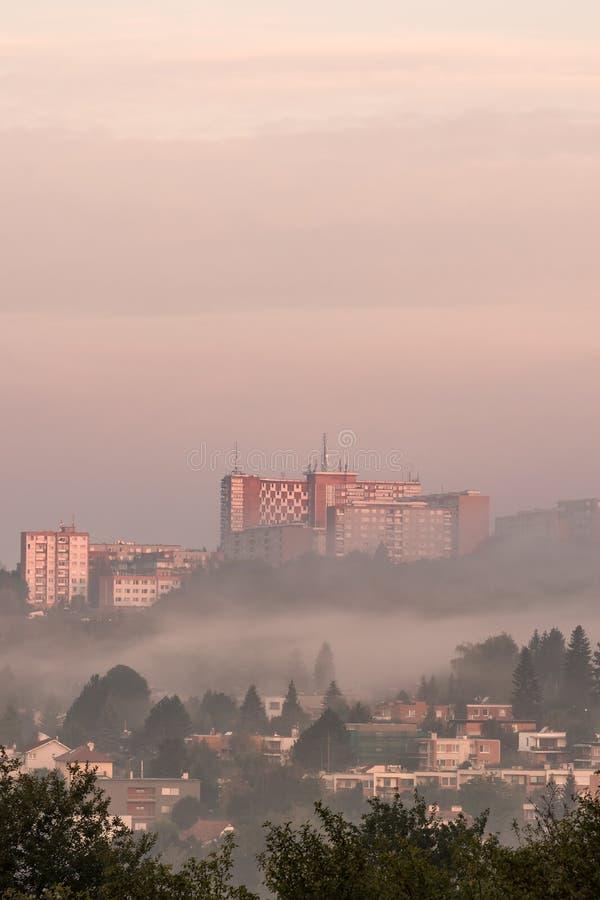 Ranku światło słoneczne, wschód słońca z mgłą w mieście Zlin/, republika czech obrazy stock