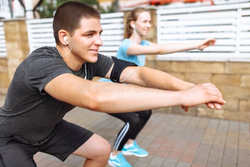 Ranku bieg w mężczyzna i kobietach trenuje przed pracą, dwa ludzie atlety zdjęcia stock