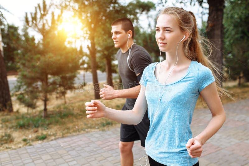 Ranku bieg w mężczyzna i kobietach trenuje przed pracą, dwa ludzie atlety fotografia royalty free