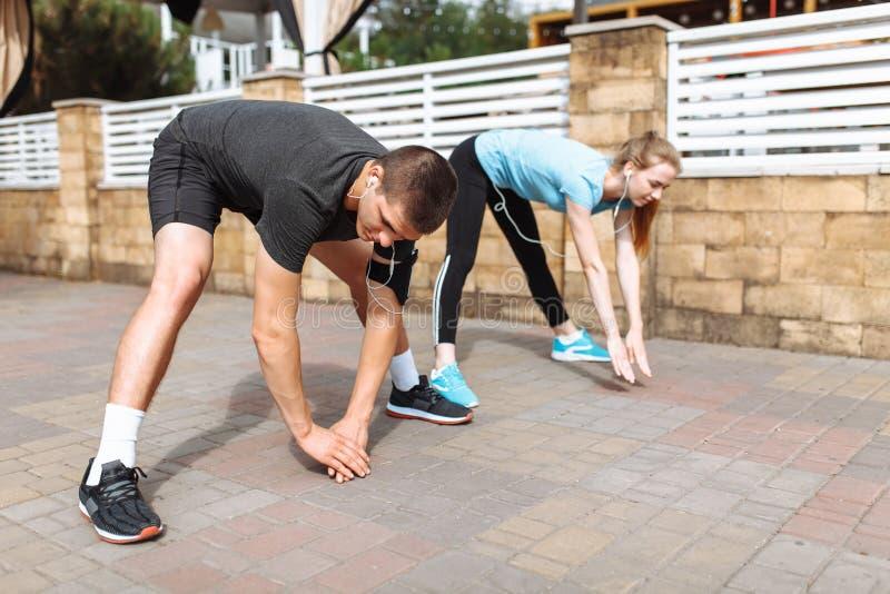 Ranku bieg w mężczyzna i kobietach trenuje przed pracą, dwa ludzie atlety obrazy stock