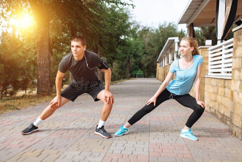Ranku bieg w mężczyzna i kobietach trenuje przed pracą, dwa ludzie atlety zdjęcia royalty free