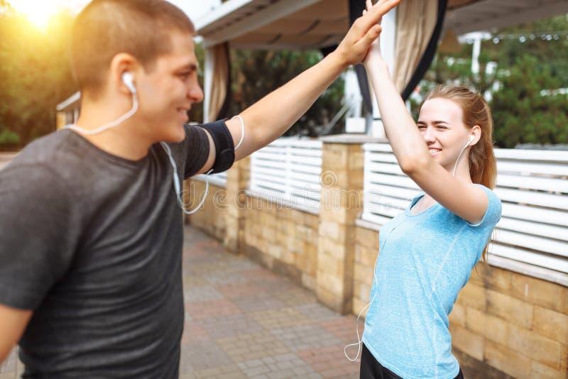 Ranku bieg w mężczyzna i kobietach trenuje przed pracą, dwa ludzie atlety zdjęcie stock