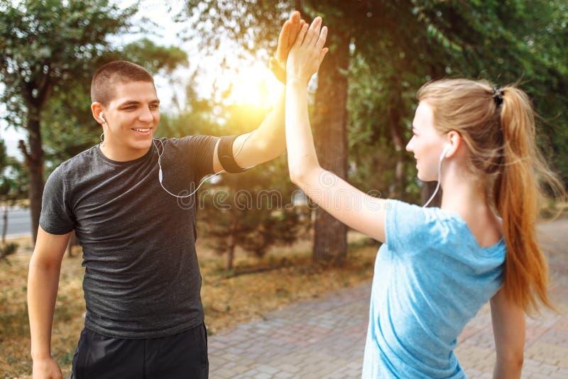 Ranku bieg w mężczyzna i kobietach trenuje przed pracą, dwa ludzie atlety obraz stock