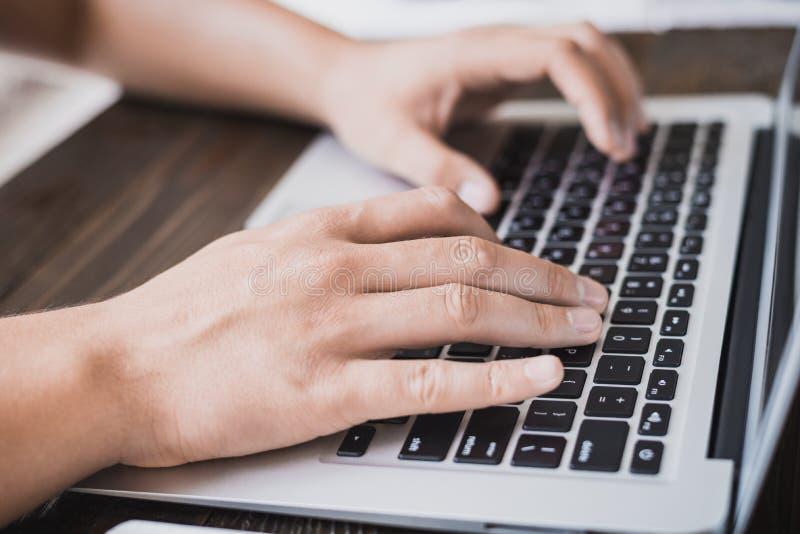 Ranku biznesu samiec Samiec wręcza działanie na laptopie horizonta zdjęcia stock