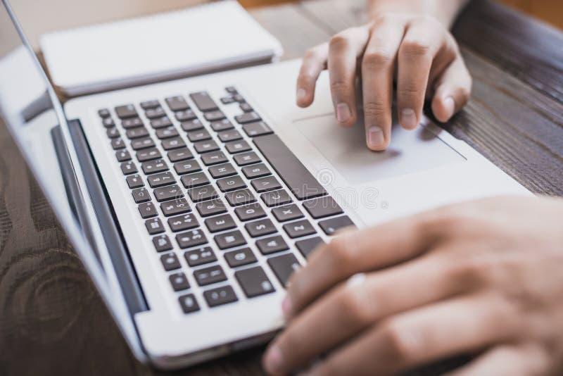 Ranku biznesu samiec Samiec wręcza działanie na laptopie horizonta fotografia stock